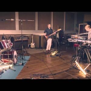 ロンドンのアートロック・バンド Django Django、RAK スタジオで行われた最新アルバムから全4曲のスタジオライブ映像が公開!