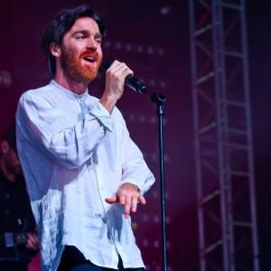 オーストラリアのチルアウト・ベッドルーム・ミュージックの新星 Chet Faker、Glastonbury に出演した「Talk Is Cheap」のパフォーマンス映像が公開!