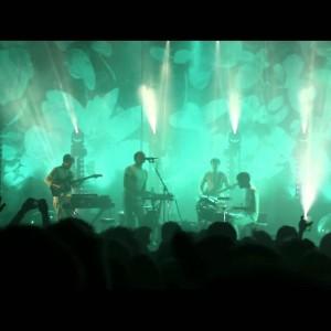 カナダのミュージシャン/作曲家 CARIBOU、今年3月にロンドンの Brixton Academy で行われた「Back Home」のオフィシャルライブ映像が公開!