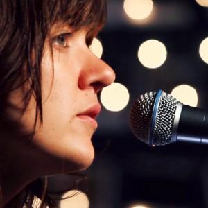 オーストラリアの女性シンガーソングライター Courtney Barnett、米のTV番組 Jimmy Fallon に出演「Depreston」のアコースティックを披露!
