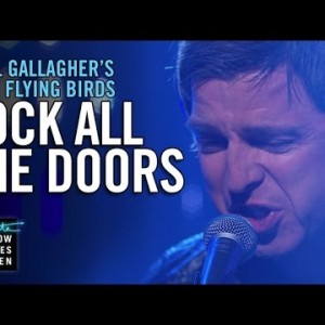 Noel Gallagher's High Flying Birds、米のTV番組 The Late Late Show に出演した「Lock All the Doors」のパフォーマンス映像が公開!