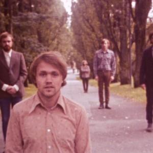 北欧ノルウェーの首都オスロの5人組シューゲイザー/ドリームポップ・バンド Dråpe、セカンドアルバムから「Round And Around」のMVが公開!