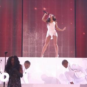 Ariana Grande (アリアナ・グランデ)、アメリカの音楽賞 American Music Awards 2015 に出演した「Focus」のパフォーマンス映像が公開!