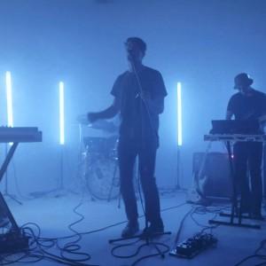 米シアトルのシンセポップ・バンド Beat Connection、ニューアルバムから「Rosealene」のオフィシャル・ライブ映像が公開!