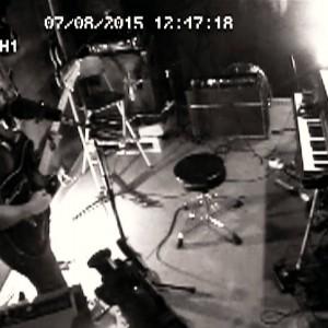 現代UKロック・シーンの最重要バンド FOALS、最新アルバムから CCTV 撮影による「Snake Oil」のMVが公開!