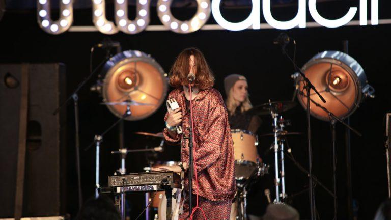 UKのニューフェイス、エレクトポップ・バンド Bad Sounds グラストの新人登竜門に出演した「Avalanche」のライブ映像が公開!