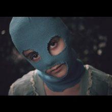 ロシアのフェミニスト・パンクロック集団 Pussy Riot が Desi Mo & Leikeli47 をフィーチャーした新曲「Straight Outta Vagina」MV公開!
