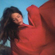 Maggie Rogers、ロスタムをコラボレーターに起用した新曲「Fallingwater」をリリース!
