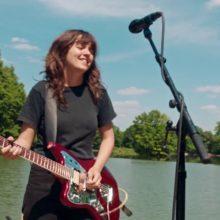 Courtney Barnett、最新アルバムからアトランタの公園で全10曲を披露したライヴ映像公開!