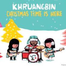 Khruangbin がクリスマス7インチ『Christmas Time is Here』をリリース!