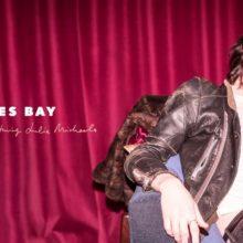 James Bay がジュリア・マイケルズをフィーチャーした新曲「Peer Pressure」をリリース!