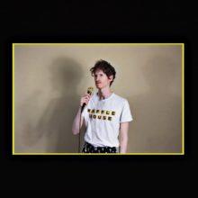超人 Louis Cole、一軒家ビッグバンドMVで話題となった楽曲を含む新作EP『Live Sesh and Xtra Songs』を 4/5 リリース!