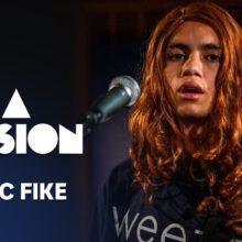 Dominic Fike が Clairo の「Bags」をカバーしたスタジオライブ映像公開!