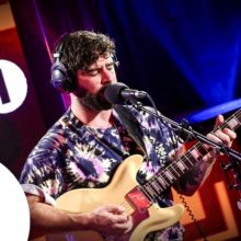 FOALS が Mark Ronson のカバー曲「Late Night Feelings」を披露!