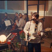 Rex Orange County、ロンドンの Rak Studios で行われたライブ映像を公開!