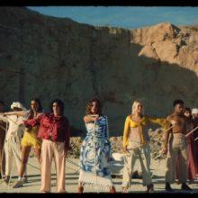 スペインのガールズ・バンド Hinds、新曲「Riding Solo」のMV公開!