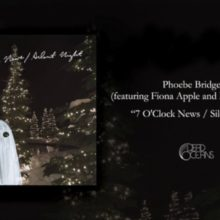Phoebe Bridgers、Fiona Apple をフィーチャーした7インチ「7 O'Clock News / Silent Night」を発売!