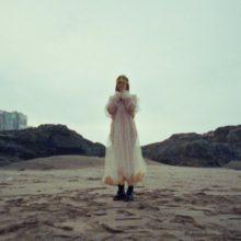 Lolo Zouaï、デビューアルバムから「Desert Rose」のミMV公開!
