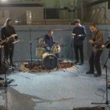 ロンドンの8人組バンド Caroline (キャロライン) がUKの老舗 Rough Trade と契約!