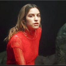 パリのシンガー Oklou、プロデューサーに Mura Masa を迎えた新曲「entertnmnt」をリリース!