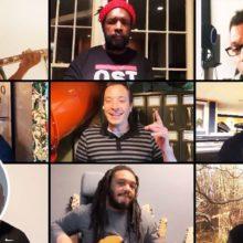 司会の Jimmy Fallon と The Roots がスティーラーズホイールのカバー曲を披露!