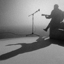 Kings of Leon、地元ナッシュビルで撮影された新曲「Going Nowhere」のライブ映像公開!