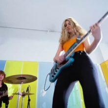 NY注目のベーシスト Blu DeTiger、新曲「Cotton Candy Lemonade」のライブ映像を公開!