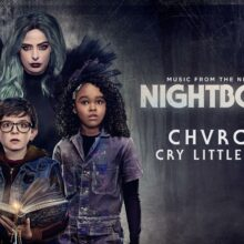 CHVRCHES、Netflixのオリジナル映画『Nightbooks』に提供したカバー曲「Cry Little Sister」を公開!