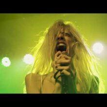 LAのオルタナロック・バンド Starcrawler、ロキシー・シアターで行われた「Lizzy」のライブ映像を公開!